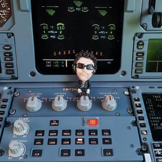 Pascal Mono en pâte Fimo dans un cokpit d'avion